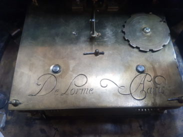 Important French Console Clock, Signature on the Back – Detail 1