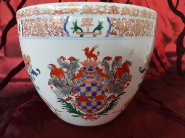 No 204 Chine de Commande Famille Rose Cachepot with Crest of a Noble Family