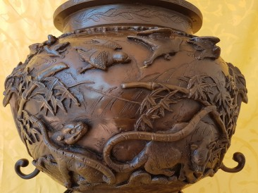 No 212 Japanese Bronze Temple Koro, Detail 1